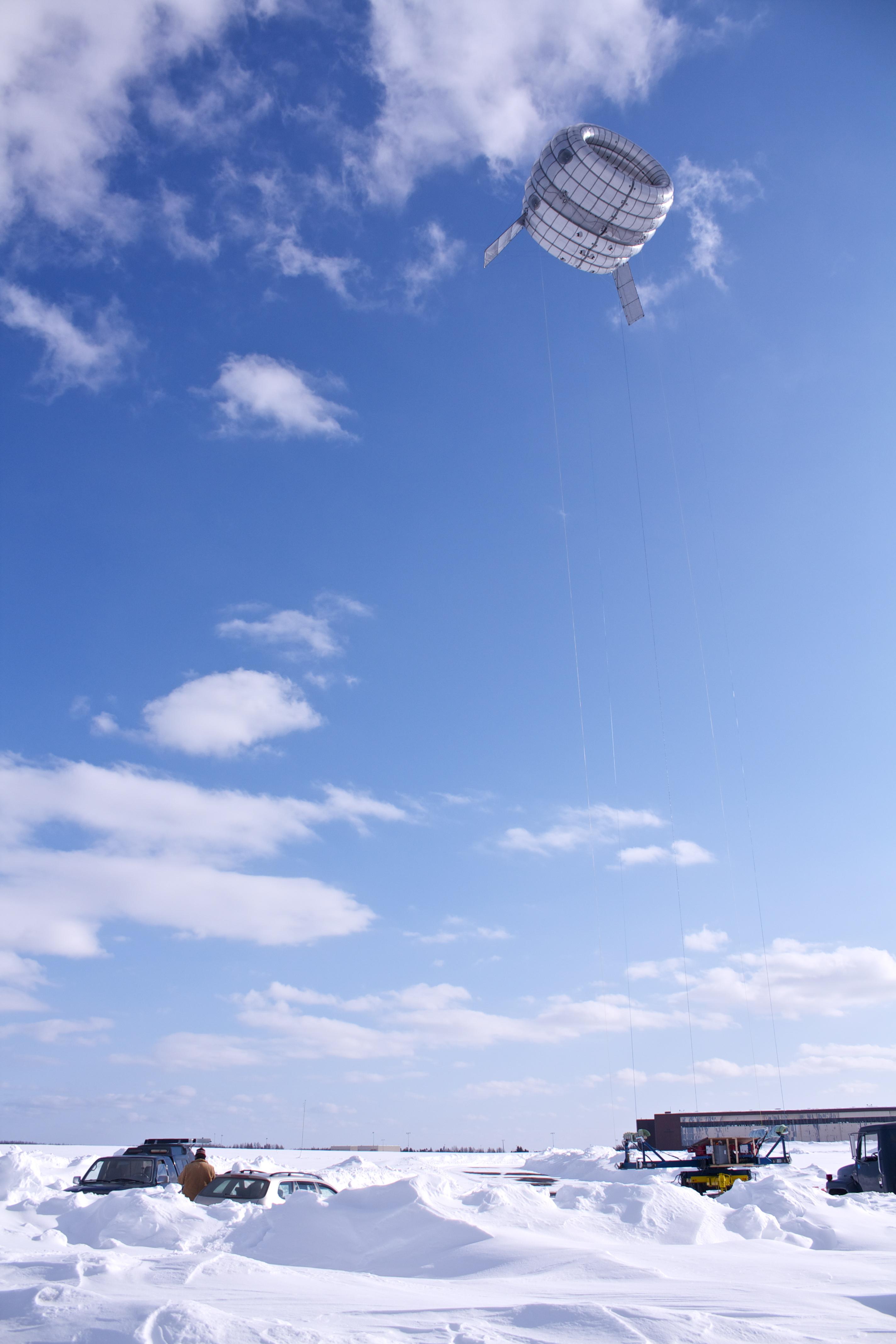 Zwevende windmolen hoog boven de grond voor meer windenergie